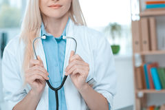 Занятие доктора молодой женщины в офисе больницы Стоковые Фотографии RF