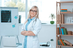 Занятие доктора молодой женщины в офисе больницы Стоковая Фотография