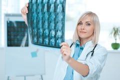 Занятие доктора молодой женщины в офисе больницы Стоковое Фото