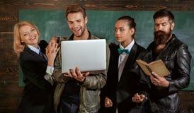 Занятие преподавательства и образования Концепция разнообразия Штат школы Люди со стойкой книги ноутбука в классе школы стоковое изображение