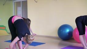 Занятия йогой в студии фитнеса на спортзале 4K сток-видео