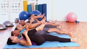 Занятия йогой в студии фитнеса сток-видео
