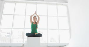 Занятия йогой женщин работая здоровый образ жизни в студии фитнеса Подходящие женщины делая йогу в зале фитнеса акции видеоматериалы