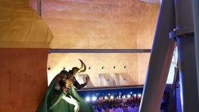 Занятности тематического парка, езда слегка ударяя вокруг в midair - мирах IMG парка атракционов приключения в городе Дубай сток-видео