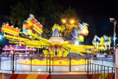 Занятность Carousel вечером в парке, с запачканным движением, долгая выдержка стоковое фото rf