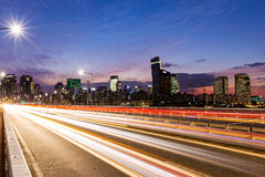 Занятое движение в современном городе стоковая фотография