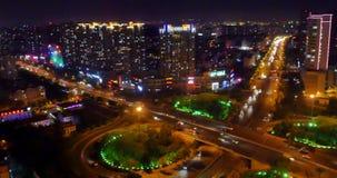 занятое городское движение 4k на мосте на ноче, городской morden здание, фарфор QingDao сток-видео