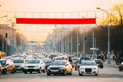 Занятое движение на бульваре или улица во время времени захода солнца вечера Движение медленное двигающ дальше улицу Стоковое Изображение