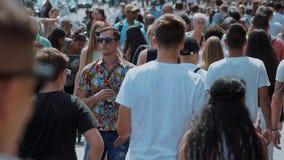 Занятое место в городе - толпа людей на улицах - весьма замедленное движение - АМСТЕРДАМ/ГОЛЛАНДИЯ - 21-ое июля 2017 видеоматериал