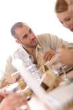 Занятое молодые люди есть обед на работе Стоковое Изображение RF