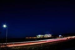 Занятое скоростное шоссе ночи Кремниевой долины и городской пейзаж офиса Стоковые Фотографии RF