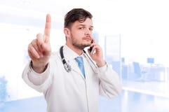 Занятое сотрудник военно-медицинской службы имея переговор на мобильном телефоне стоковое изображение rf