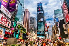 Занятое Таймс площадь в NYC Место известно как место ` s мира самое занятое для пешеходов и иконического ориентир ориентира в Ман Стоковые Изображения