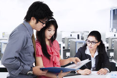 Занятые предприниматели работая на рабочем месте Стоковое Изображение