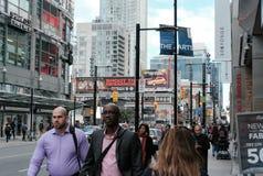 Занятые улицы города увиденные во время коммутируя часа стоковое фото