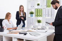 Занятые люди в офисе Стоковые Фотографии RF