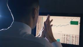 Занятый бизнесмен работая на глобальной финансовой торгуя стратегии анализа роста на компьютере Современное нововведение дела сток-видео