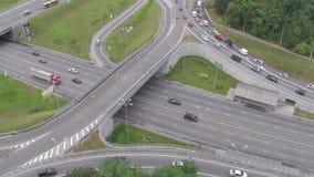 Занятый взгляд транспортной развязки сверху, затор движения, час пик сток-видео