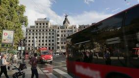 Занятый городской транспорт в Бильбао, улице скрещивания пешеходов Sightseeing в Испании акции видеоматериалы