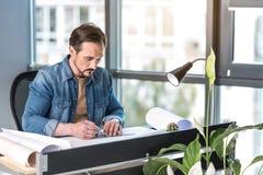 Занятый мужской менеджер работая в офисе Стоковые Фото