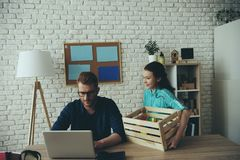 Занятый одиночный отец работает с ноутбуком стоковое изображение