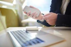 Занятый предприниматель работая в кафе кибер Стоковое Фото