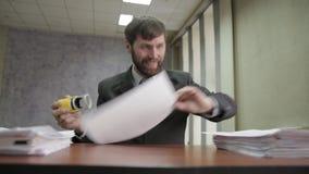 Занятый работник офиса штемпелюя входящие документы документы scatter бизнесмена вокруг сток-видео