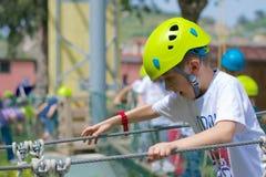 Занятый ребенк на курсе веревочек стоковая фотография rf