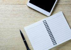 Занятый стол бизнесмена с открытыми дневником и таблеткой Стоковое Изображение