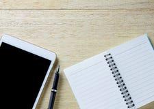 Занятый стол бизнесмена с открытыми дневником и таблеткой Стоковое Изображение RF