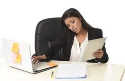 Занятый стресс страдания коммерсантки работая на столе компьютера офиса потревожился отчаянное Стоковое фото RF