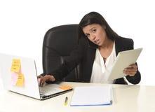 Занятый стресс страдания коммерсантки работая на столе компьютера офиса потревожился отчаянное Стоковая Фотография