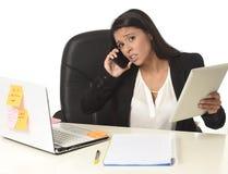 Занятый стресс страдания коммерсантки работая на столе компьютера офиса потревожился отчаянное Стоковые Фотографии RF