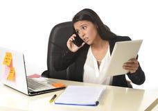 Занятый стресс страдания коммерсантки работая на столе компьютера офиса потревожился отчаянное Стоковые Изображения RF