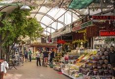 Занятый торговый центр с людьми покупая и продавая специи, наслаждение плода турецкое и много других деталей стоковые изображения