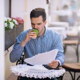 Занятый трудоголик работая на обеденном времени Стоковое Изображение