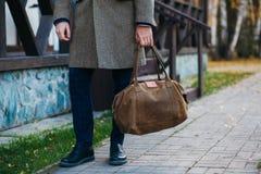 Занятый человек идя на улицу с сумкой стоковые фотографии rf