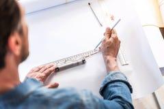 Занятый человек создавая новый эскиз Стоковые Фото