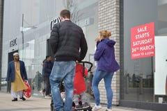 24/03/2018 занятых отцов на телефоне в Лондоне Стоковые Фотографии RF