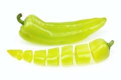 Заострённый зеленый перец и одно отрезали в части стоковая фотография rf