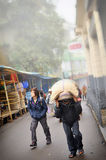 ЗАПАДНАЯ БЕНГАЛИЯ ИНДИЯ - 12-ОЕ АПРЕЛЯ: Образ жизни туриста и работника на городке Darjeeling в ЗАПАДНОЙ БЕНГАЛИИ ИНДИИ 12-ого ап Стоковые Фотографии RF