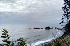 Западное побережье скалистого пляжа валы валуна растущие стоковая фотография rf