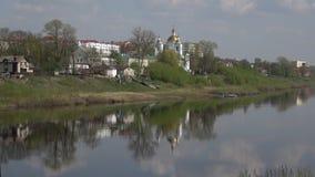 Западные река Dvina и собор явления божества, день в апреле Полоцк, Россия сток-видео