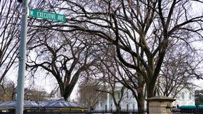 Западный знак Ave исполнительной власти против Белого Дома с флагами стоковое изображение rf