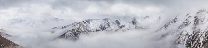 Западный Сычуань, Китай, пейзаж барона Холма со снегом стоковая фотография