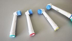 Запасные головы щетки для электрической зубной щетки Очистите много более эффектно стоковые фото
