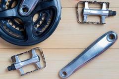 Запасные части для велосипедов: ведущие шатуны, педали стоковые изображения rf