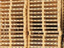 Запас новых деревянных паллетов евро на транспортной компании Стоковая Фотография