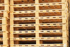 Запас новых деревянных паллетов евро на транспортной компании Стоковая Фотография RF