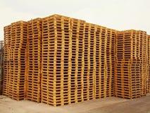 Запас новых деревянных паллетов евро Стоковые Фотографии RF